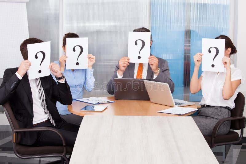 Hommes d'affaires tenant le signe de point d'interrogation photo libre de droits