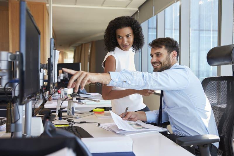 Hommes d'affaires travaillant au bureau sur l'ordinateur ensemble photographie stock libre de droits