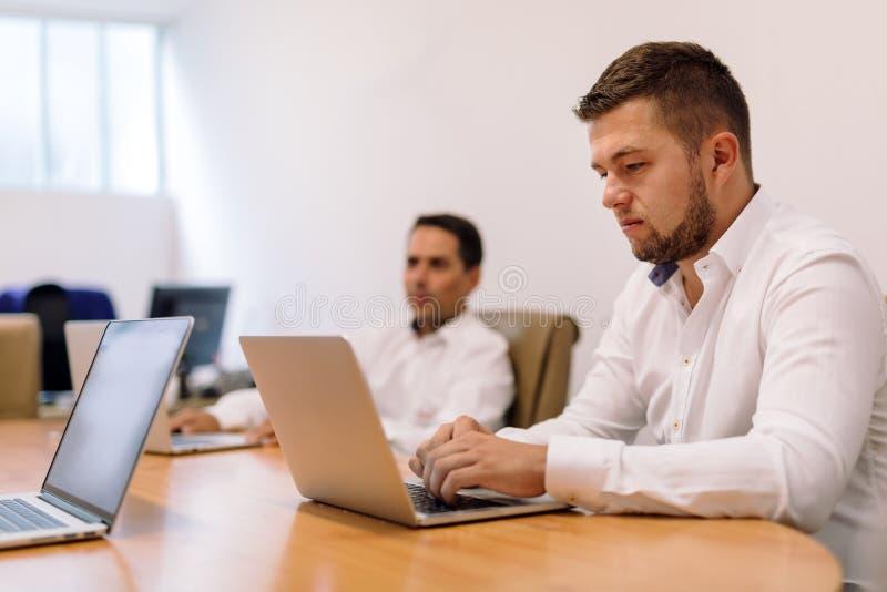 Hommes d'affaires travaillant dans le bureau photographie stock libre de droits