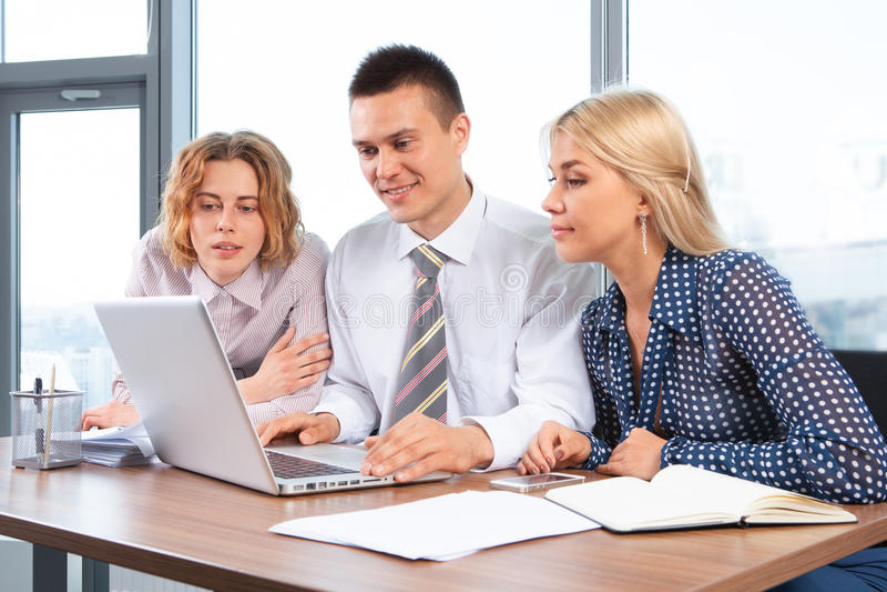 Hommes d'affaires travaillant ensemble à la table de réunion dans le bureau photographie stock