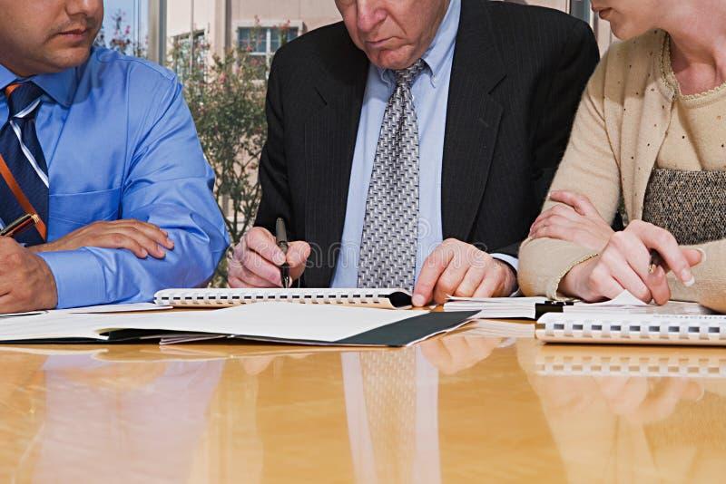 Hommes d'affaires travaillant ensemble images libres de droits
