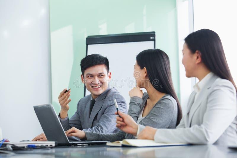 Hommes d'affaires travaillant ensemble et souriant images libres de droits