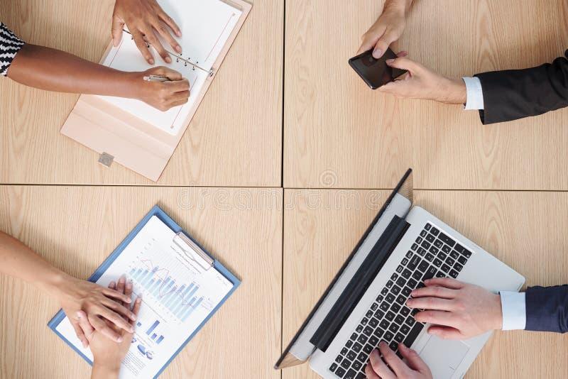 Hommes d'affaires travaillant ? la table photographie stock