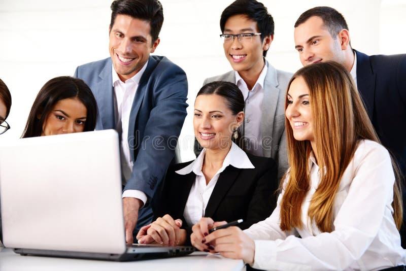 Hommes d'affaires travaillant sur l'ordinateur portable ensemble photo libre de droits