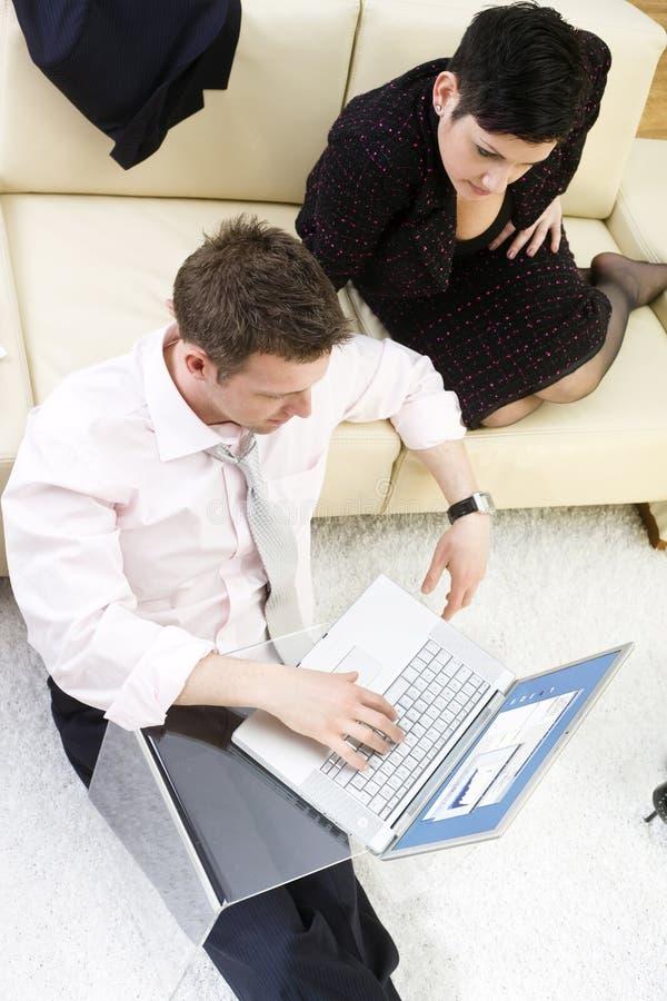 Hommes d'affaires travaillant sur l'ordinateur portatif photographie stock