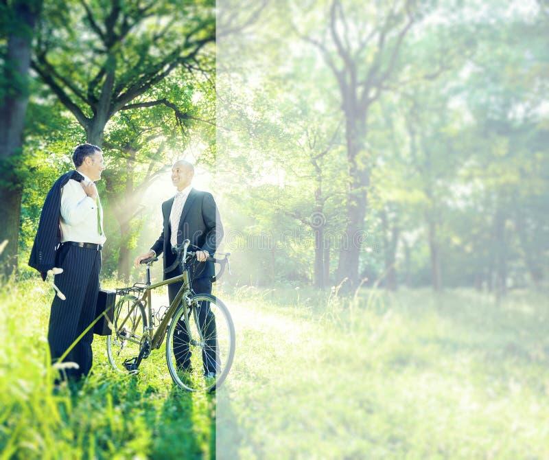 Hommes d'affaires verts d'affaires parlant le concept d'environnement photographie stock libre de droits