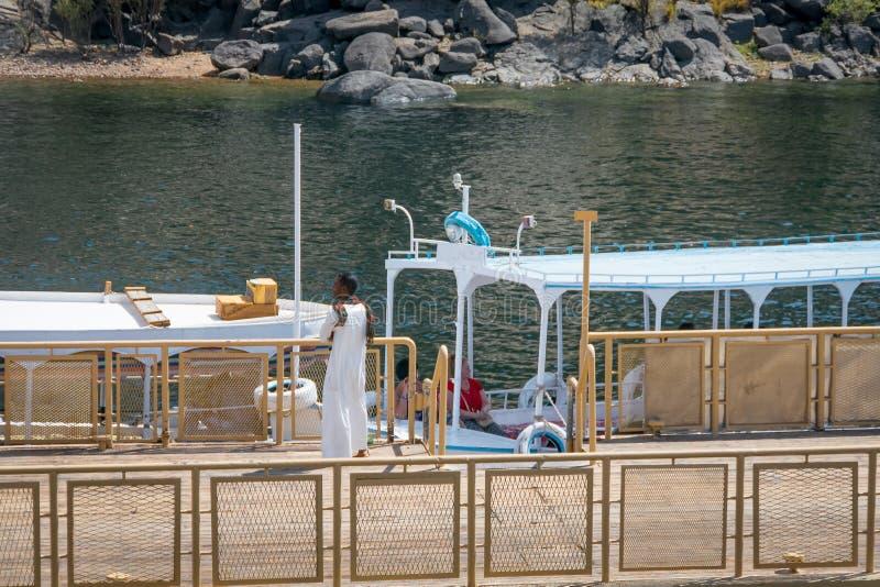 Hommes dans des bateaux de touristes sur le Nil, dans l'îlot d'Agilkia Avril 2019 photographie stock