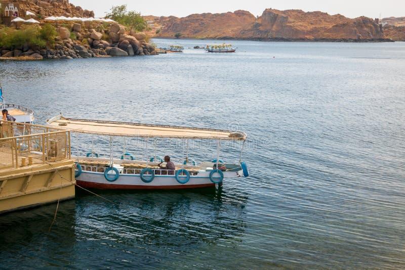 Hommes dans des bateaux de touristes sur le Nil, dans l'?lot d'Agilkia Avril 2019 images stock
