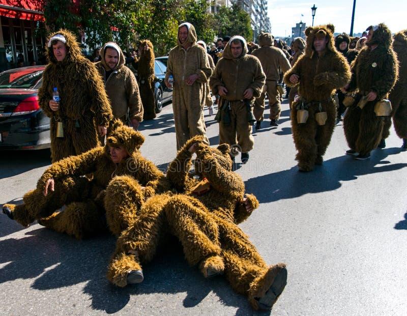 Hommes dans des costumes d'ours sur une rue photographie stock