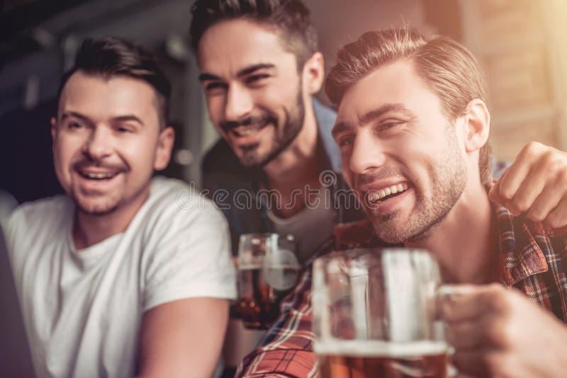 Hommes dans la barre images stock