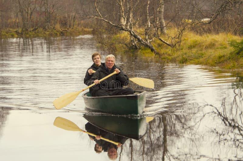 Hommes dans le canoë photos libres de droits