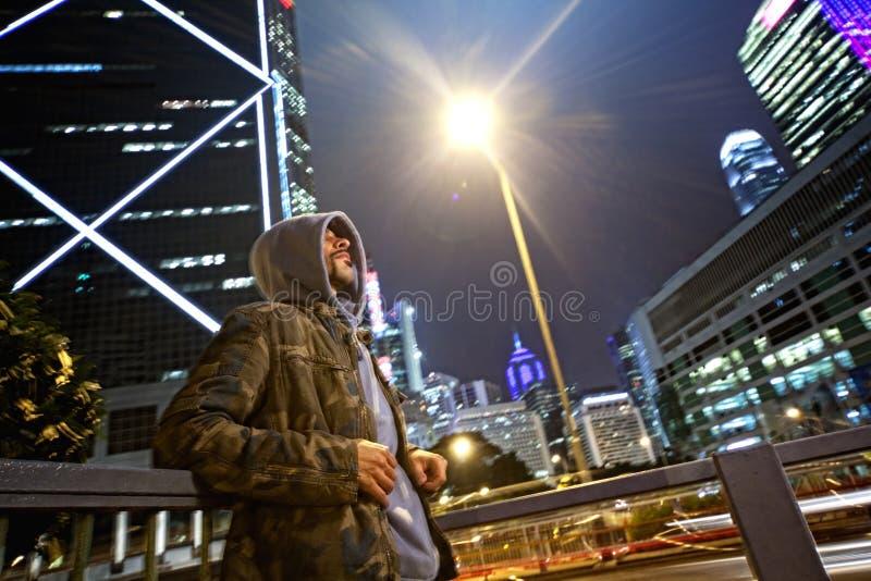 Hommes dans un capot à l'extérieur photographie stock libre de droits