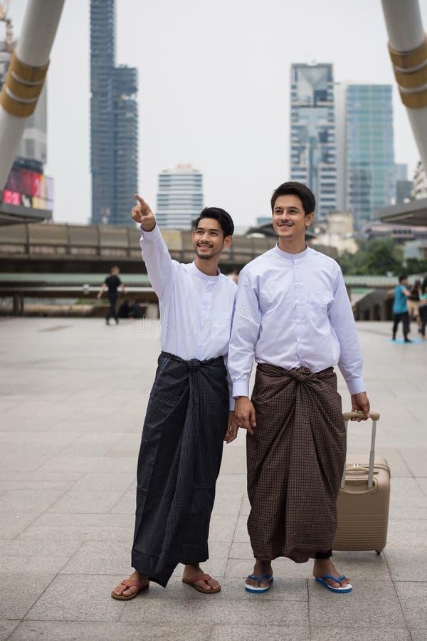 Hommes de Birman ou de Myanmar dans la ville moderne photographie stock libre de droits