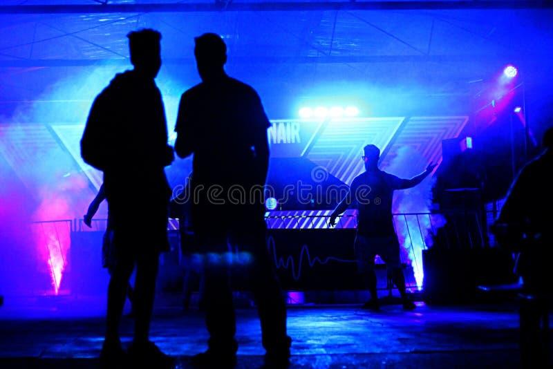 Hommes de danse sur le parquet de danse images libres de droits