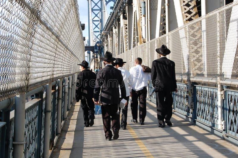 Hommes de Hassidic sur le passage couvert de passerelle de Manhattan, New York images libres de droits