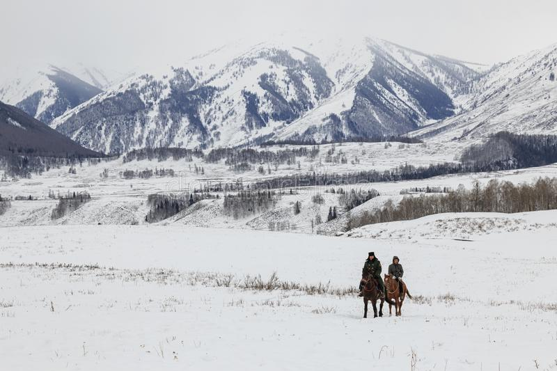 Hommes de la Touva concurrençant en concurrence de course de chevaux dans les montagnes d'Altai en Chine photographie stock