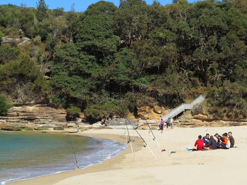 Hommes de pêche sur le repos de plage photos libres de droits