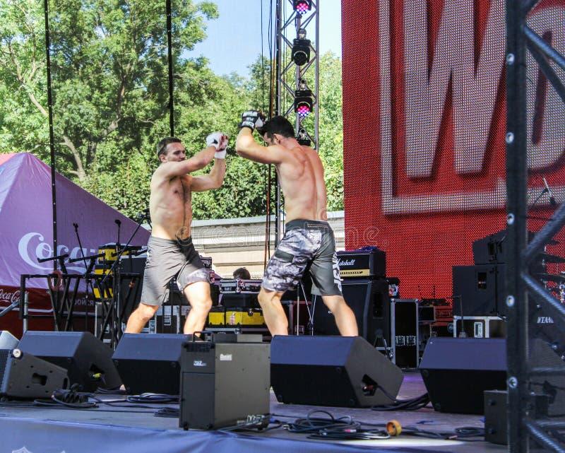 Download Hommes de Shaw sur l'étape photographie éditorial. Image du danser - 77154827