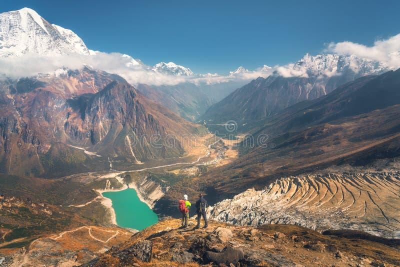 Hommes debout avec des sacs à dos sur la crête de montagne image stock