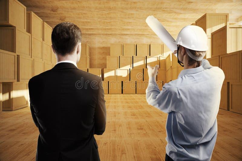 Hommes discutant la conception d'entrepôt images stock
