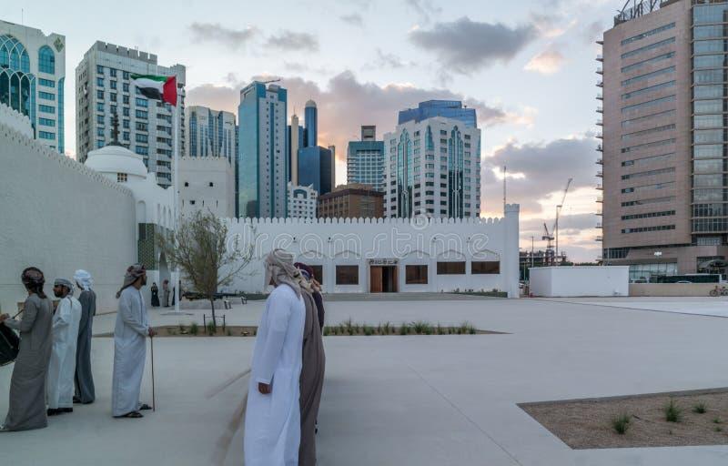 Hommes du Moyen-Orient d'Emirati exécutant le Yowla, une danse traditionnelle dans la culture des Emirats Arabes Unis photographie stock libre de droits