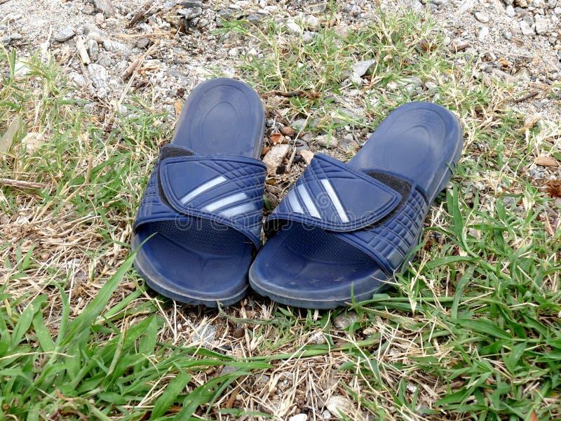 Hommes en caoutchouc de sandales de glissière de bascules électroniques photographie stock