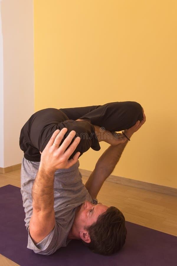 Hommes en position inverse de yoga photographie stock libre de droits