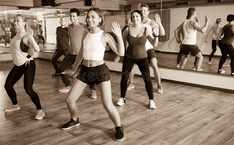 hommes et dames dansant le zumba photographie stock libre de droits