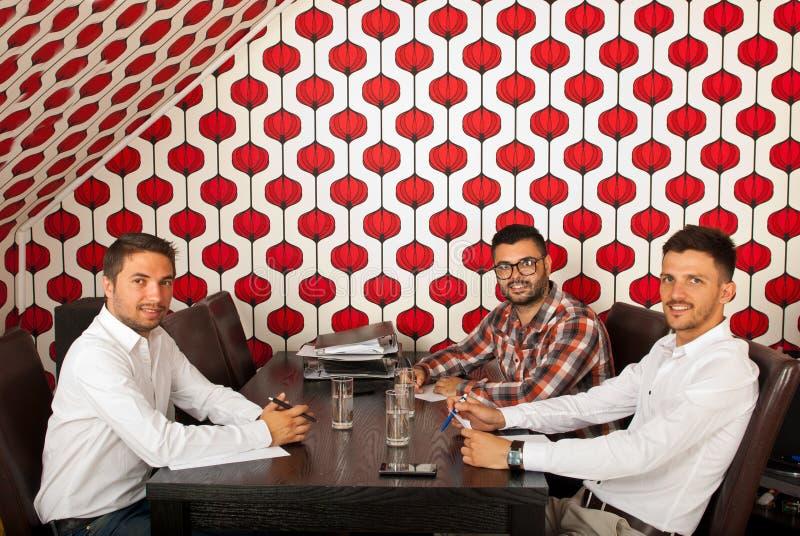 Hommes gais d'affaires lors de la réunion image libre de droits