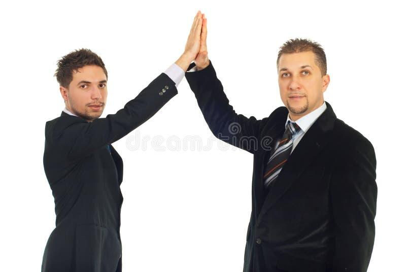 Hommes hauts cinq d'affaires images stock