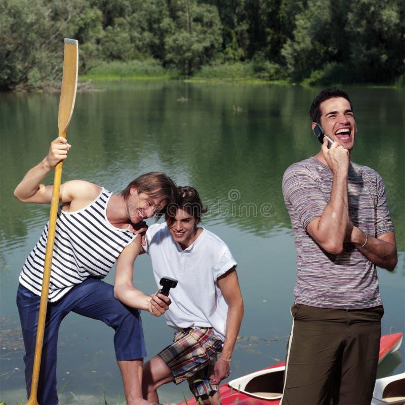 Hommes heureux avec le canoë images libres de droits