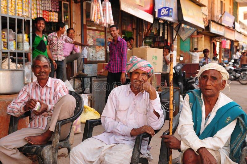 Hommes indiens détendant, travaillant, s'asseyant, fumant et parlant dans Vi images stock