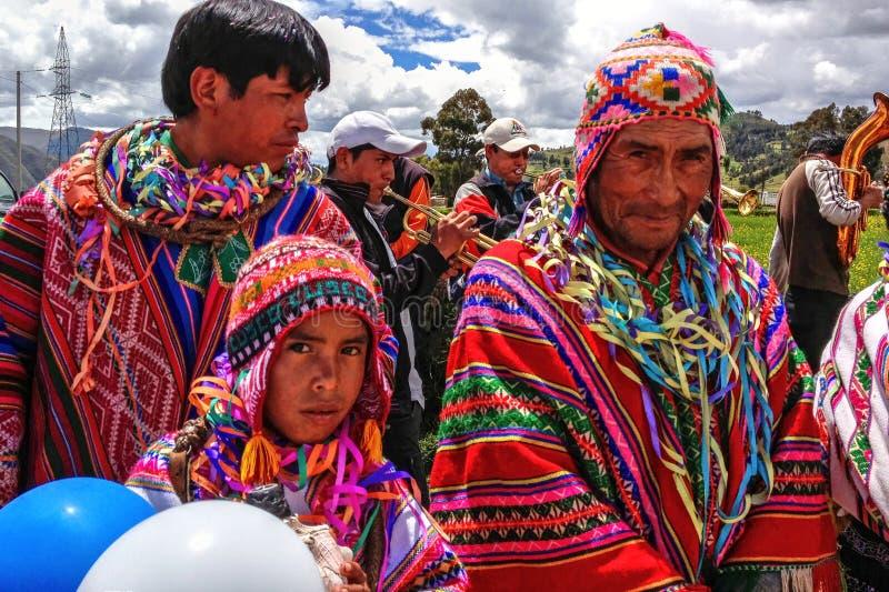 Hommes indigènes Quechua du Pérou dans des costumes traditionnels image libre de droits