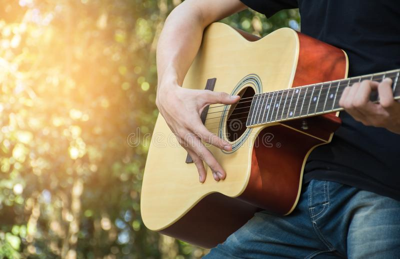 Hommes jouant la guitare image stock