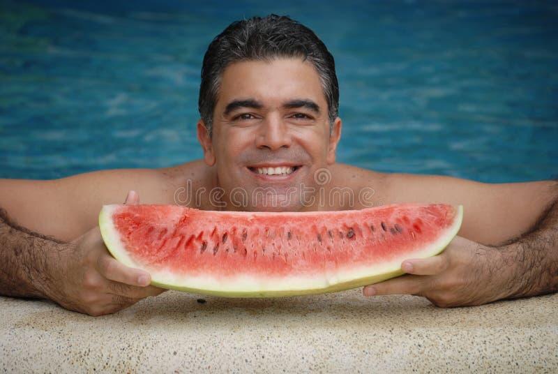 Hommes latins pris le fruit image libre de droits