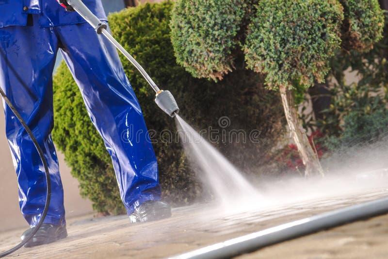 Hommes lavant des chemins de jardin photos libres de droits
