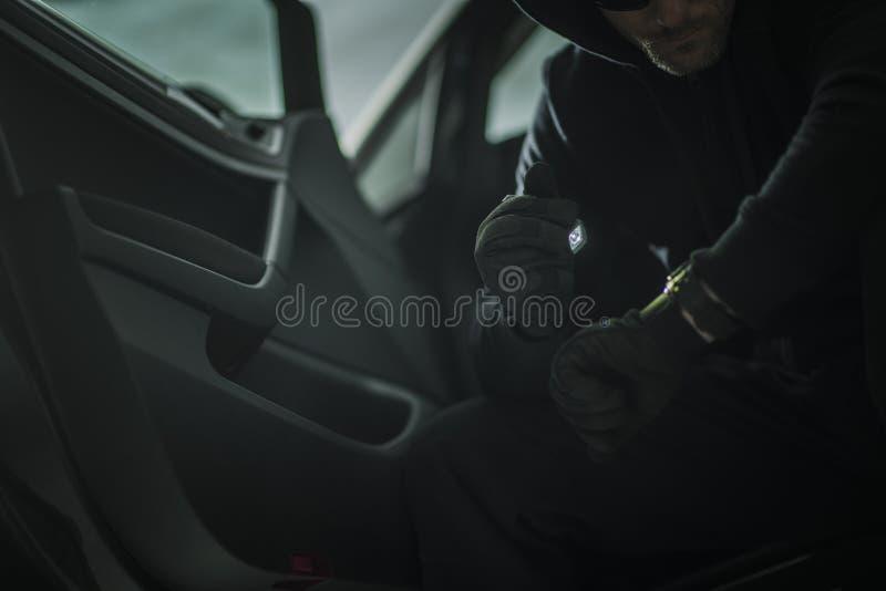 Hommes m?fiants dans une voiture image stock