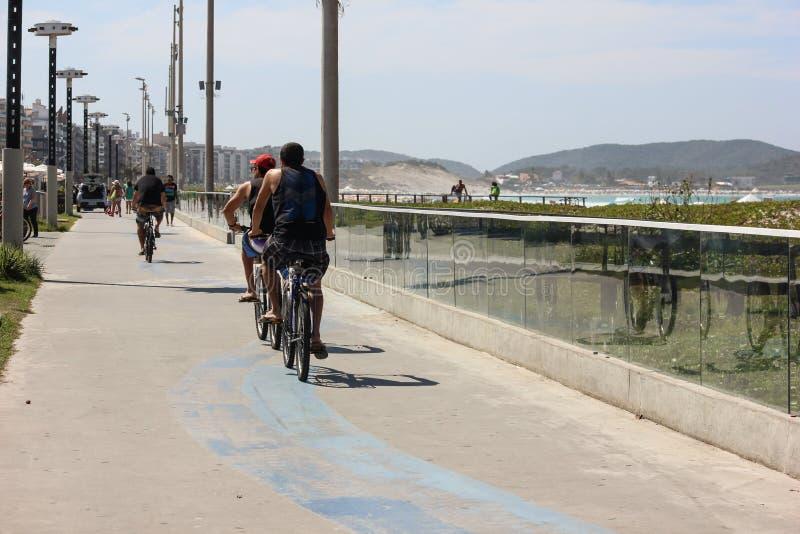 Hommes montant sur le chemin de vélo photos stock