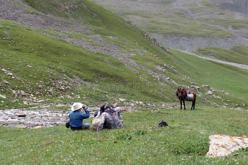 Hommes montrant un certain point dans les montagnes Tien Shan images libres de droits