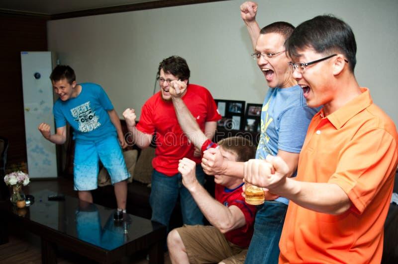 Hommes observant le sport à la TV image stock