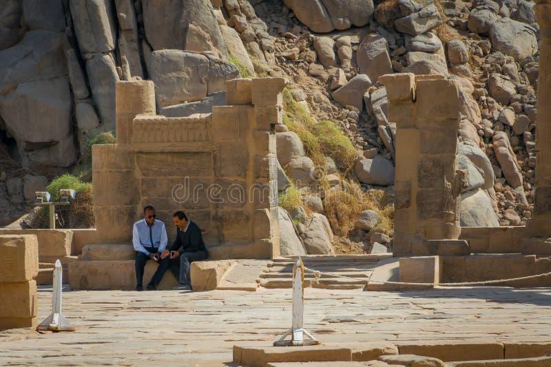 Hommes parlant à l'entrée du temple de Philae Avril 2019 images stock