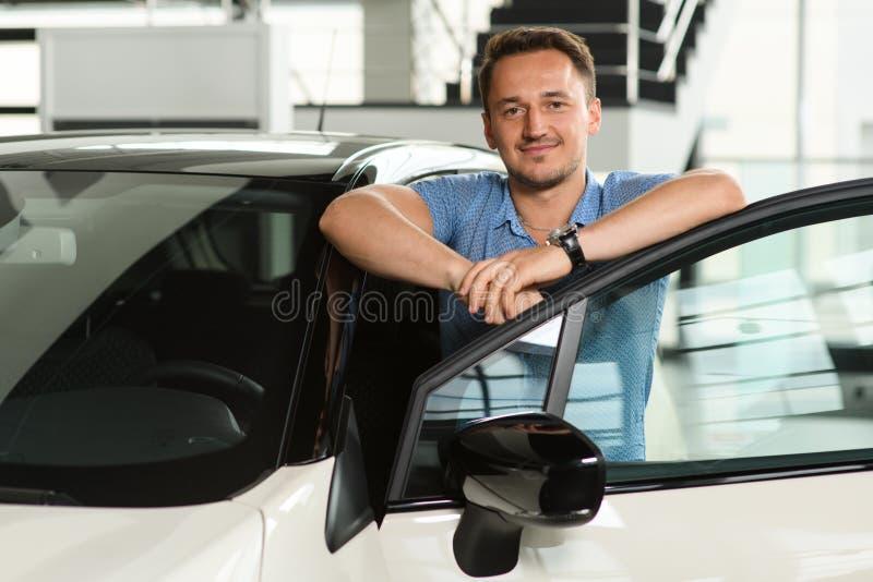 Hommes pendus sur la portière de voiture images libres de droits
