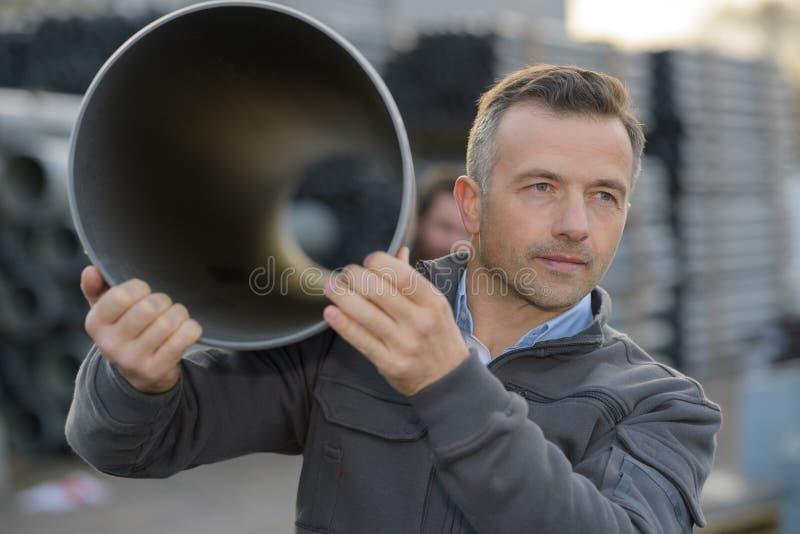 Hommes portant le tube image libre de droits
