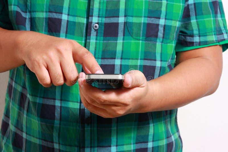 Hommes pressant le contact téléphonique images stock