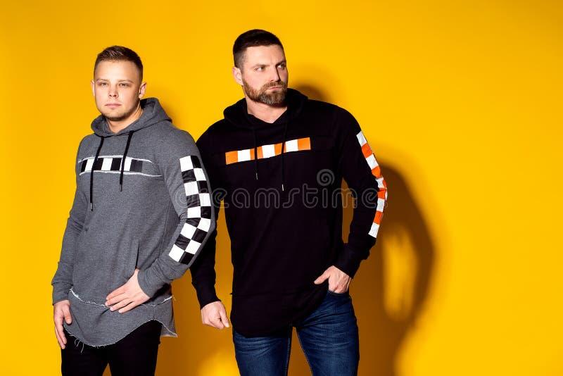 Hommes sérieux à la mode en tissus élégants photo stock