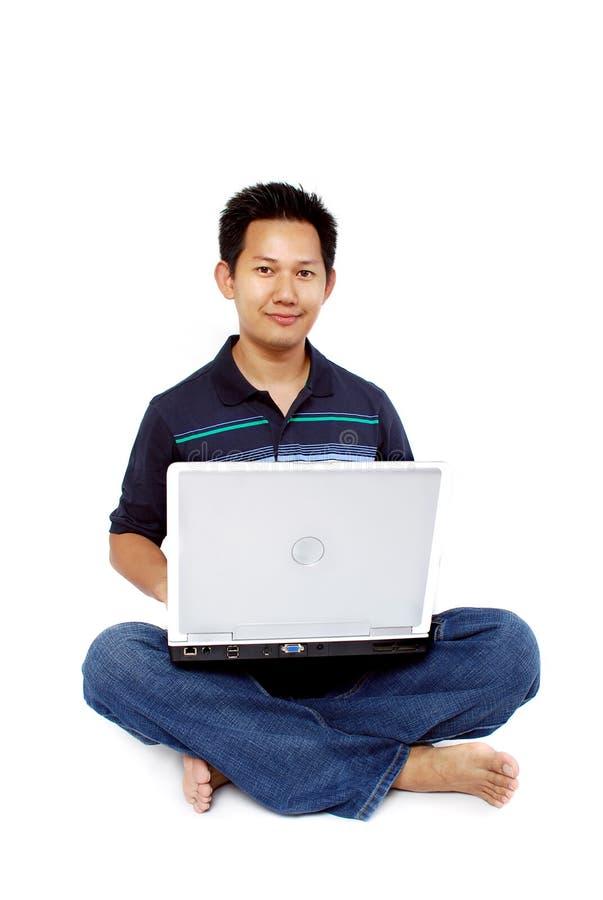 Hommes s'asseyant avec l'ordinateur portatif photographie stock libre de droits