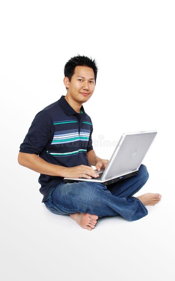 Hommes s'asseyant avec le cahier photos stock