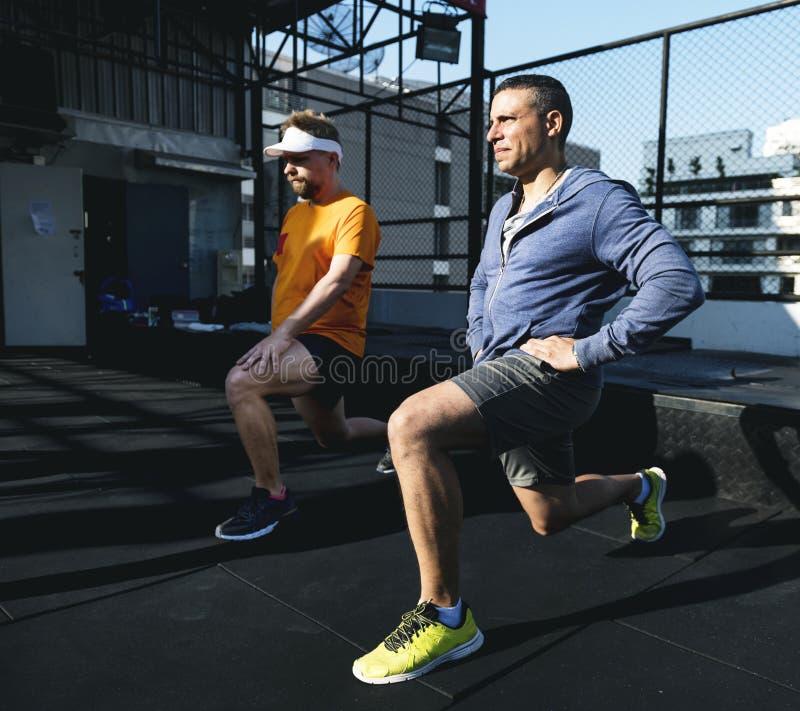 Hommes s'exerçant au gymnase ensemble photos stock