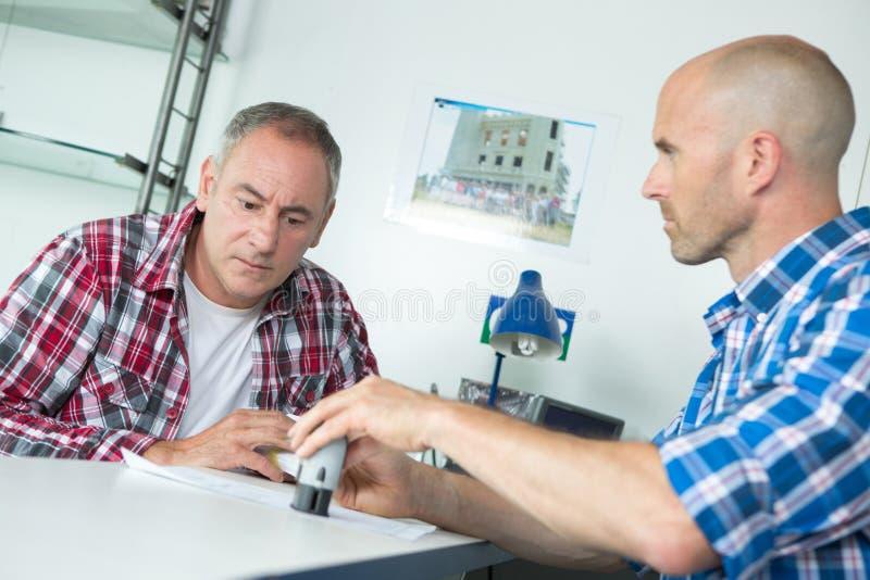 Hommes signant le contrat au bureau photos libres de droits