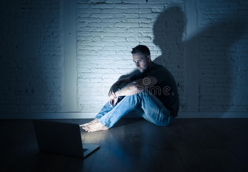 Hommes souffrant seul se reposer de intimidation de cyber d'Internet avec sentiment d'ordinateur désespéré photo libre de droits
